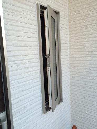 玄関横窓.jpg